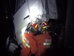 前车减速后车追尾困人 扬州消防破拆救援