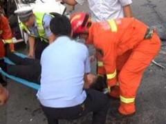 越野车连撞两辆半挂车 潍坊消防成功救出被困司机